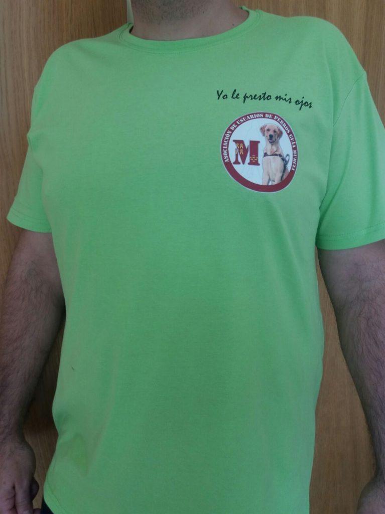 """Camiseta solidaria de color verde manzana con el logotipo y el mensaje """" Yo le presto mis ojos """""""